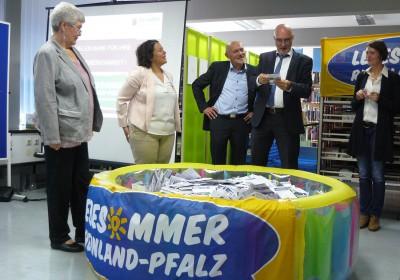 Lesesommer-Preisziehung 2017 v.l.n.r.: Dr. Annette Gerlach (Leiterin LBZ), Giorgina Kazungu-Haß (SPD-Landtagsabgeordnete), Günter Pflaum (stv. Leiter LBZ), Christoph Kraus (MWWK), Kerstin Völker (LBZ)