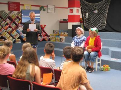 Schauspieler des Theater Alte Werkstatt aus Frankenthal mit Kindern aus Frankenthaler Schulen bei der LESESOMMER-Eröffnung 2018 in der Stadtbücherei Frankenthal